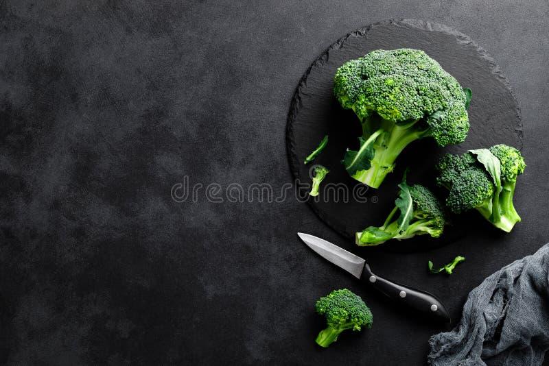 Fleurons frais de brocoli sur le fond noir images stock