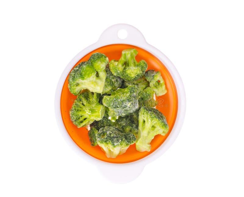 Fleurons gelés de brocoli dans la cuvette photo stock