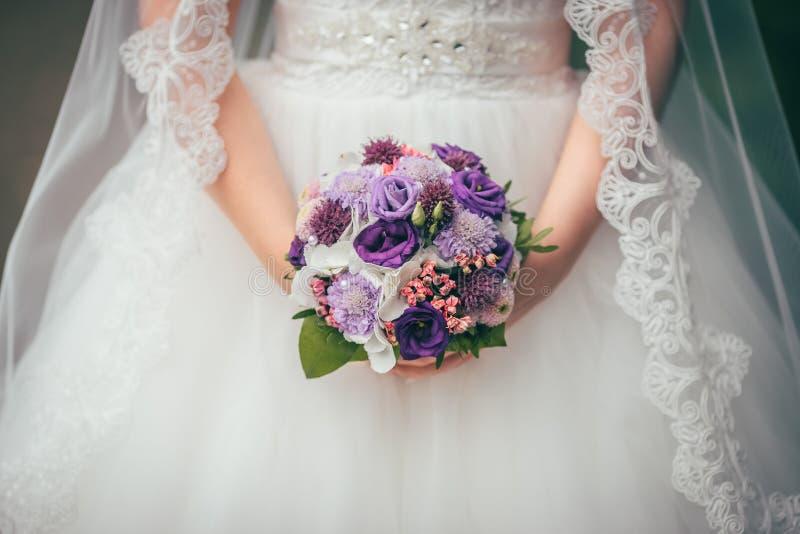 Fleurs épousant le marié de jeune mariée image libre de droits