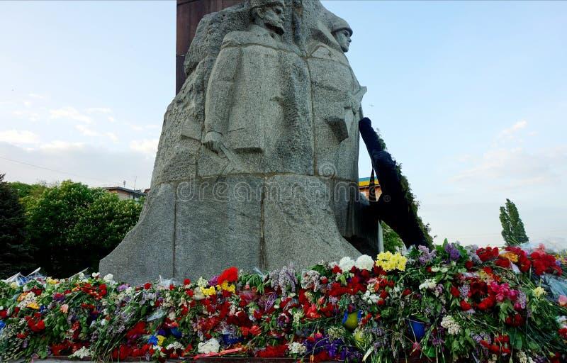 Fleurs apportées par des personnes au monument de la gloire sur Victory Day au-dessus du fascisme, le 9 mai images libres de droits