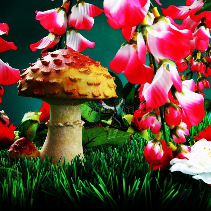 Fleurs artificielles et champignons de couche. image libre de droits