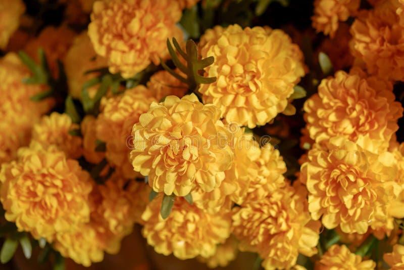 Fleurs artificielles jaunes de groupe sur le marché images libres de droits