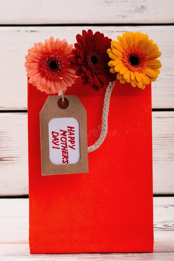 Fleurs avec l'étiquette dans le sac photographie stock libre de droits