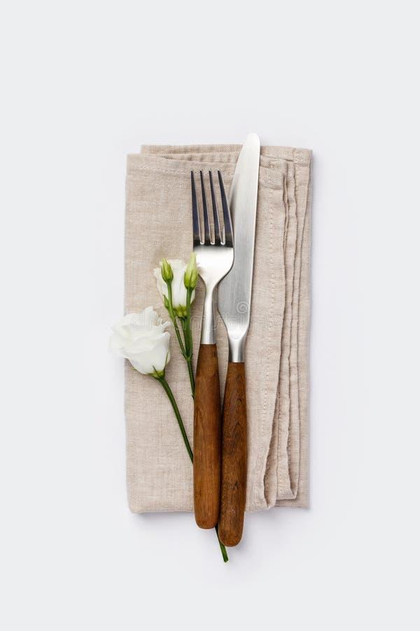 Fleurs avec la fourchette et le couteau sur le fond blanc images stock