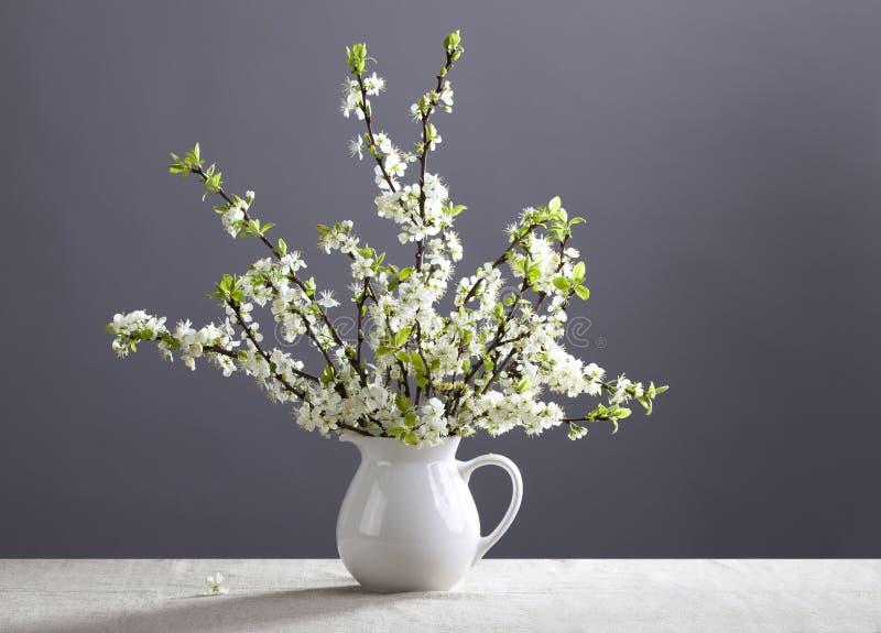 Fleurs blanches dans la cruche image stock
