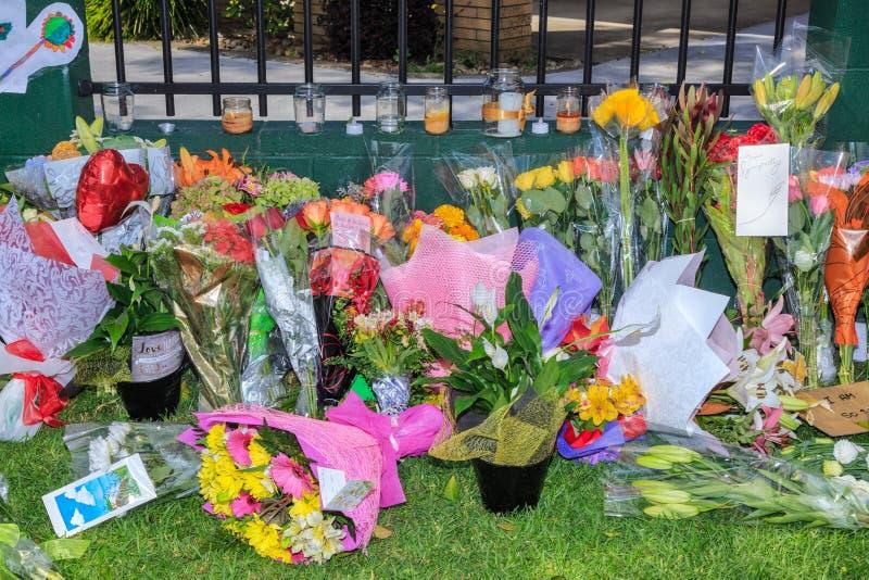 Fleurs, cartes de sympathie et bougies étendues à la mosquée après des tirs à Christchurch, Nouvelle-Zélande photo stock