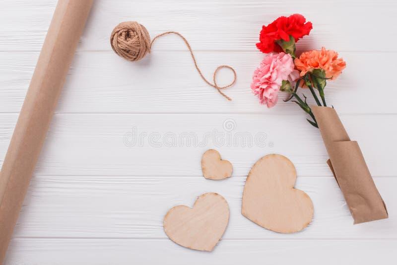 Fleurs colorées, bois en forme de coeur et fil image stock