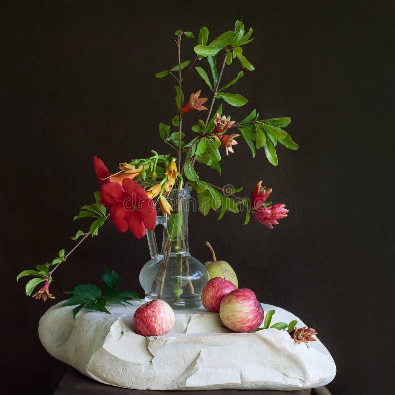 Fleurs coupées et pommes photo libre de droits