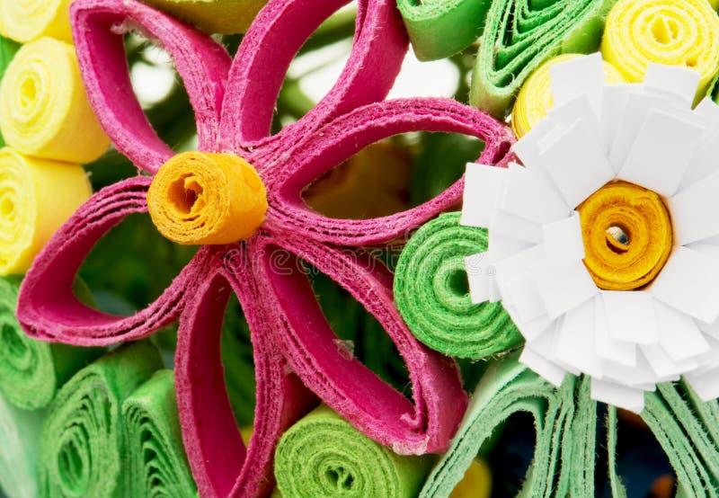Fleurs décoratives colorées faites de papier images stock