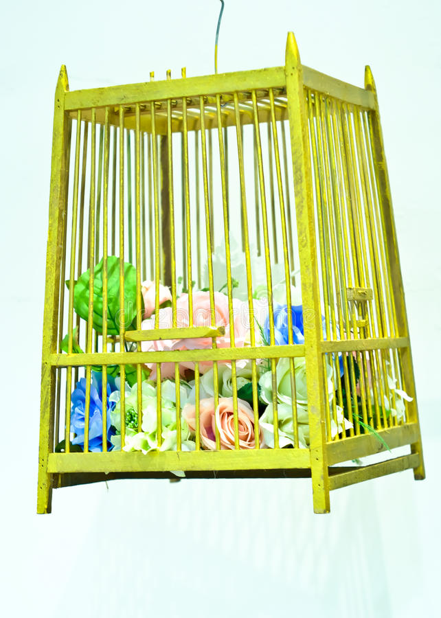 Fleurs décoratives de mariage dans une cage photos libres de droits