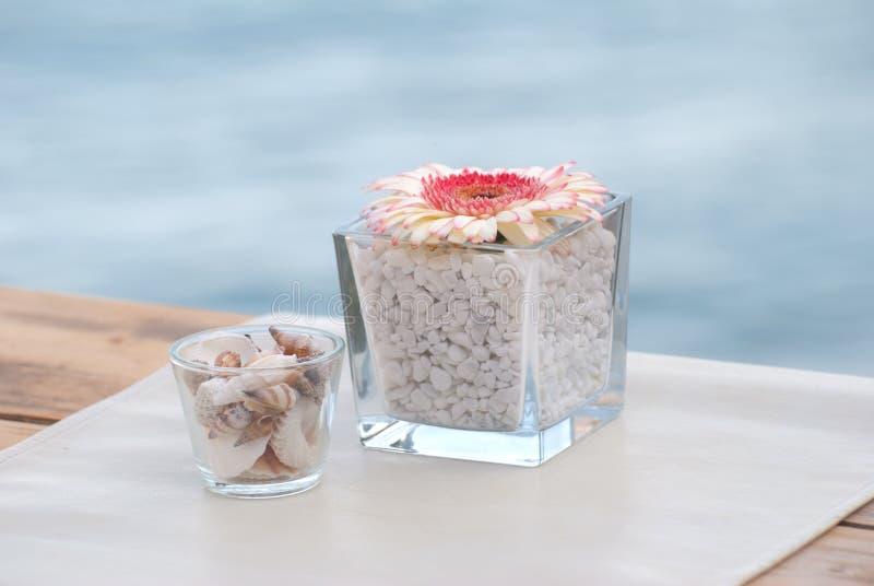 Fleurs décoratives par la mer photos stock