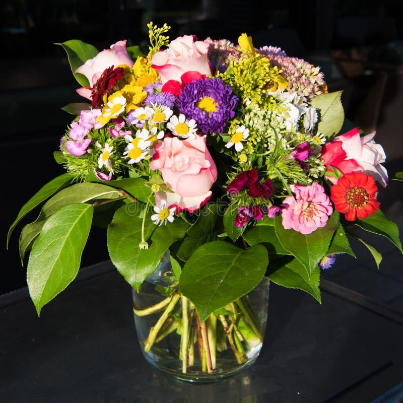 Fleurs d'été dans le bouquet vibrant, belles fleurs mélangées d'été dans la disposition, fleurs de floraison dans la saison d'été image libre de droits