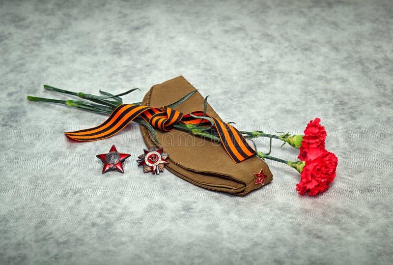 Fleurs d'oeillet, George Ribbon, chapeau de fourrage, ordres et médailles photographie stock