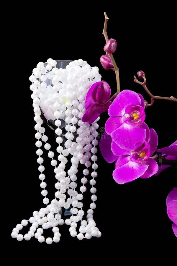 Fleurs d'orchidée et de petits programmes roses des perles blanches photos libres de droits