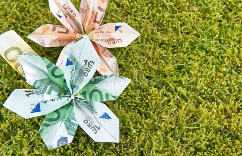 Fleurs d'origami sur la mousse images stock