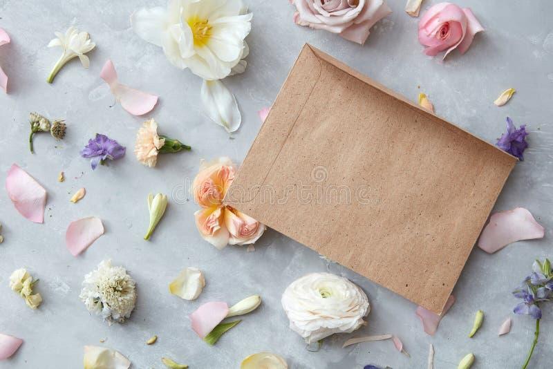 Fleurs dans l'enveloppe photographie stock