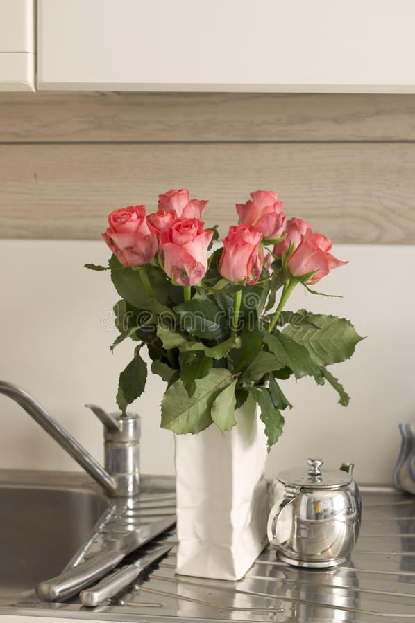 Fleurs dans la cuisine photos libres de droits