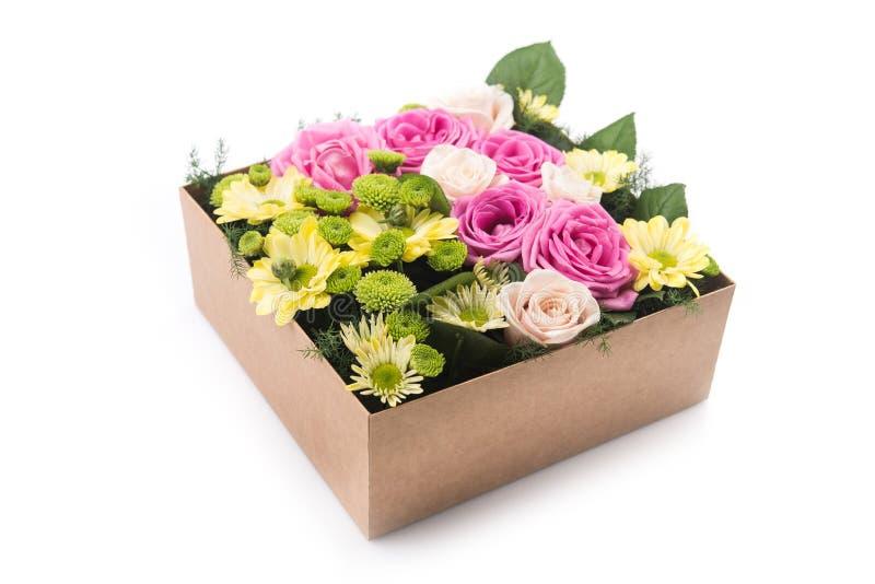 Fleurs dans le boîte-cadeau d'isolement photos libres de droits