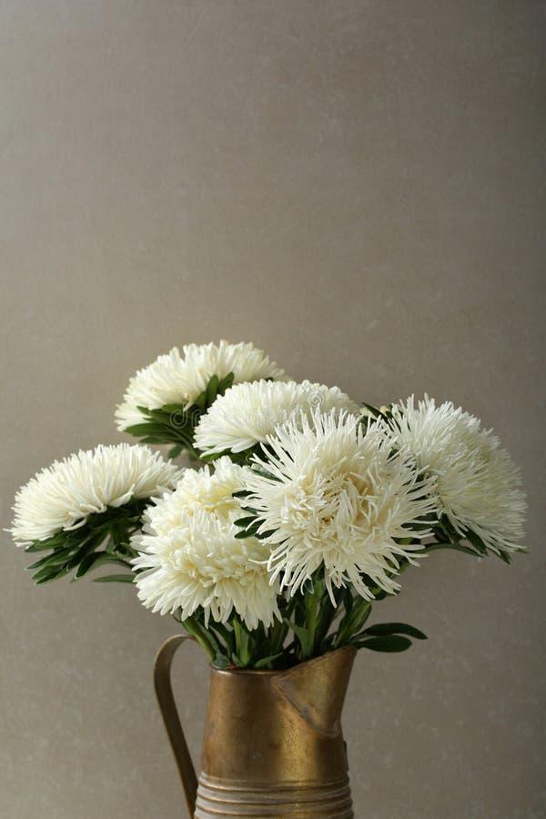 Download Fleurs Dans Le Broc En Bronze Photo stock - Image du saisonnier, saison: 77150132
