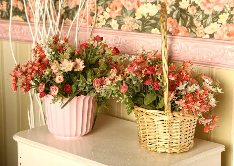 Fleurs dans le panier sur la raboteuse photo stock