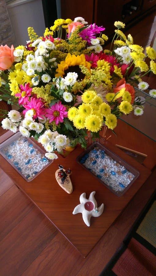 Fleurs dans le salon photos stock