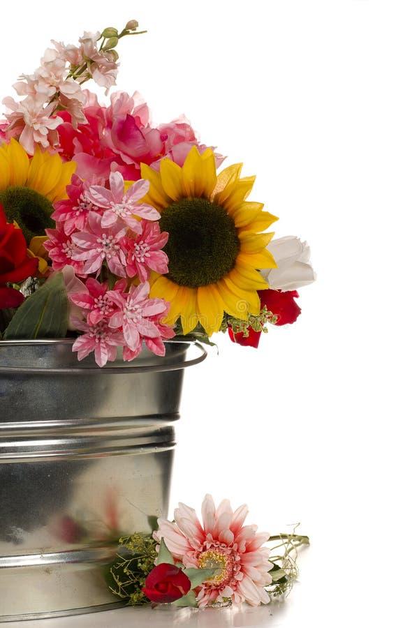 Fleurs dans le seau photos libres de droits