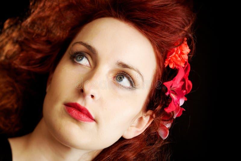 Fleurs dans son cheveu rouge images stock