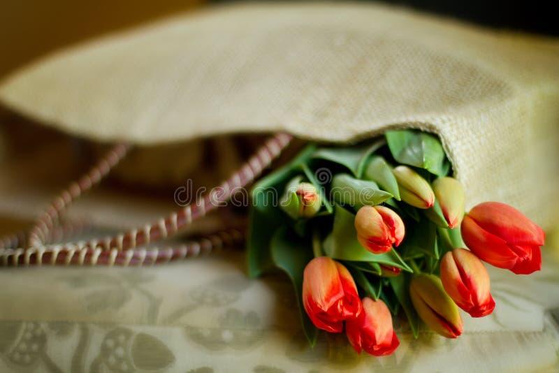 Fleurs dans un sac à provisions image stock