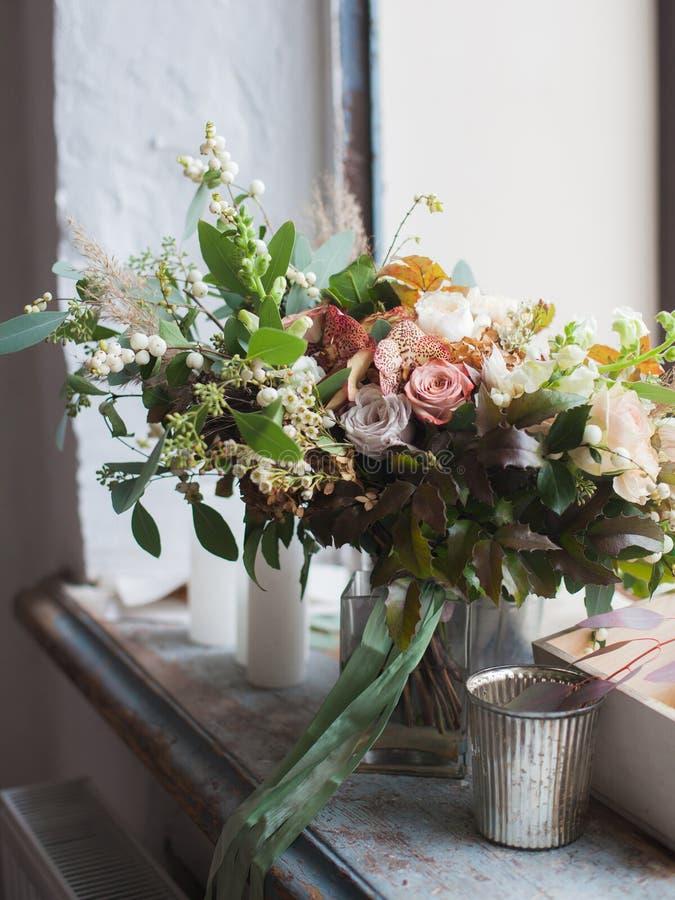 Fleurs dans un seau photos stock