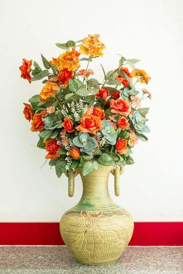 Fleurs dans un vase photographie stock
