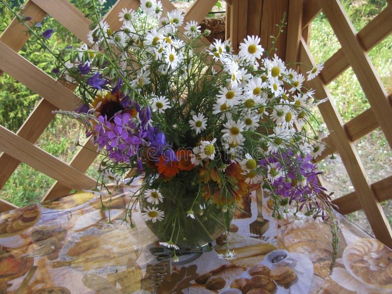 Fleurs dans un vase images libres de droits