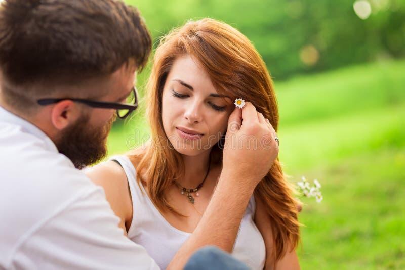Fleurs dans vos cheveux image stock