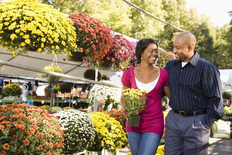 Fleurs de achat de couples. image stock