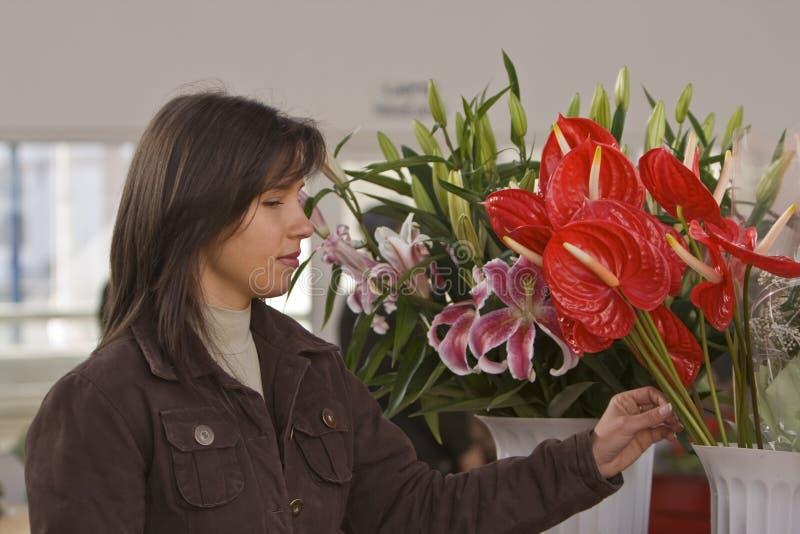Fleurs de achat de femme photos stock