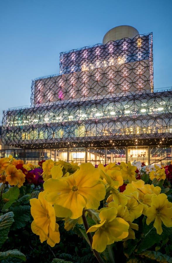 Fleurs de bibliothèque et de ressort de Birmingham à la place centenaire image stock