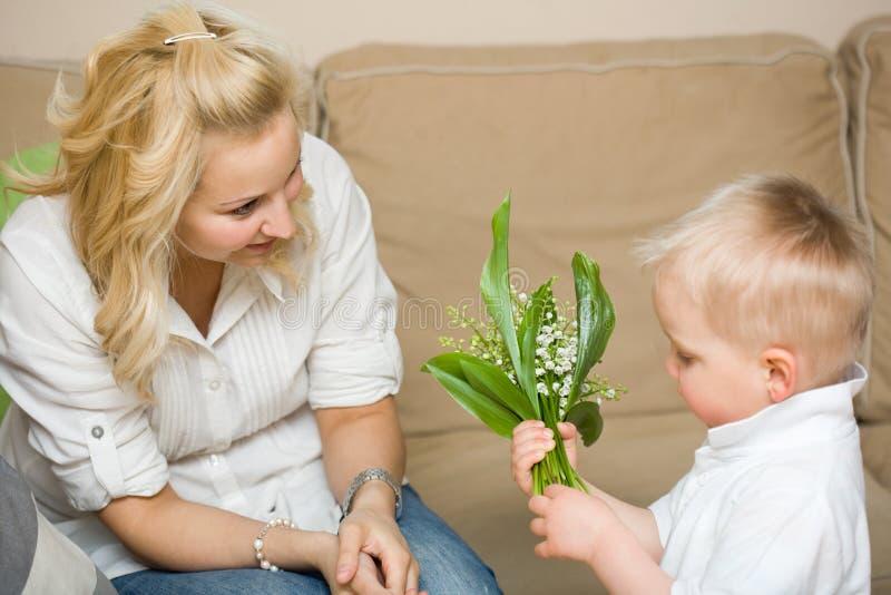 Fleurs de cadeau pour ma maman. photo libre de droits