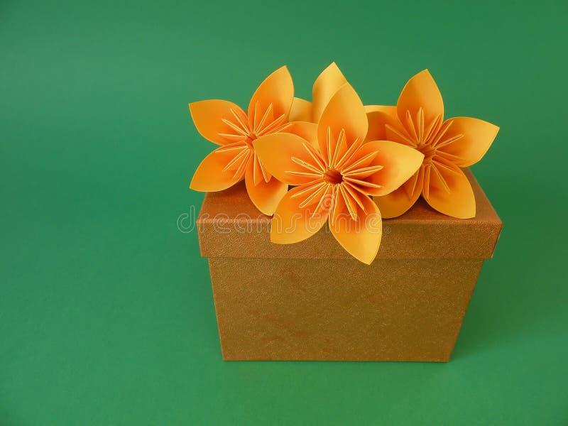 Fleurs de cadre et d'origami de cadeau photo libre de droits