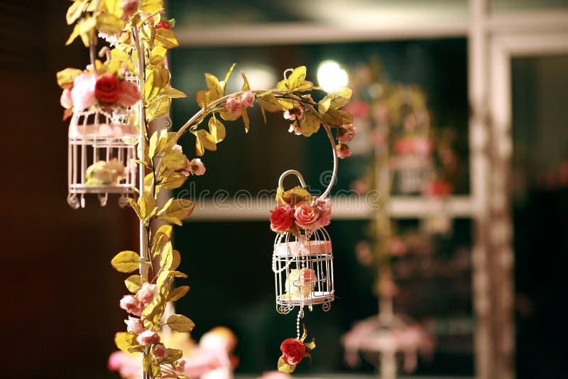 fleurs de cage pour la réception de mariage photos libres de droits