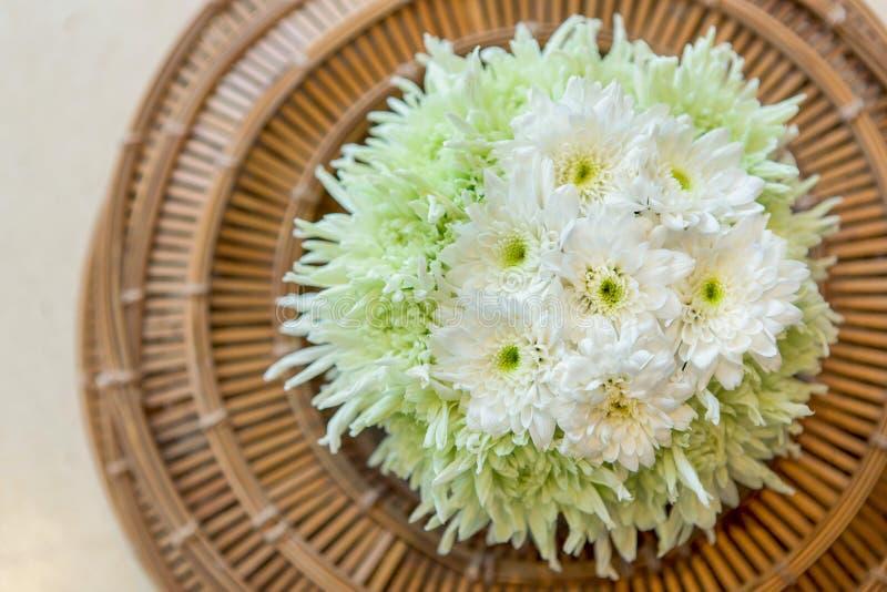 Fleurs de chrysanthème dans le vase à panier photo stock
