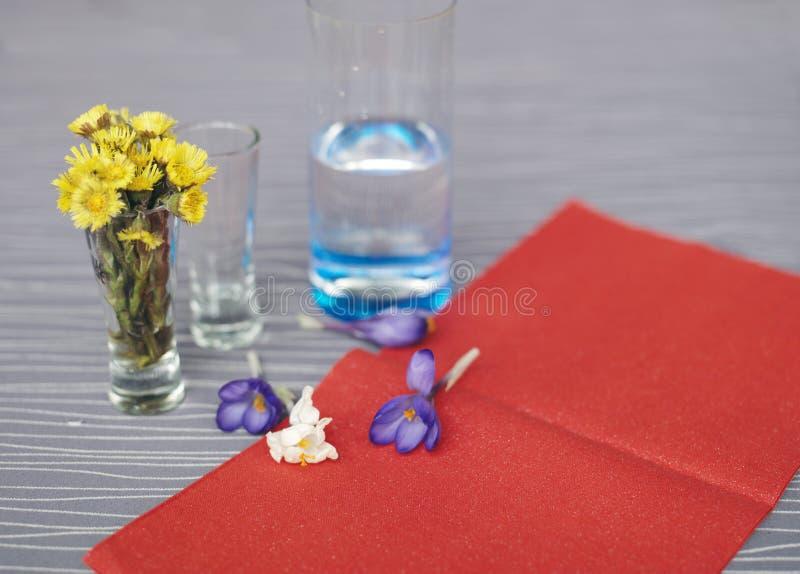 Fleurs de Coltsfoot et de crocus photo libre de droits