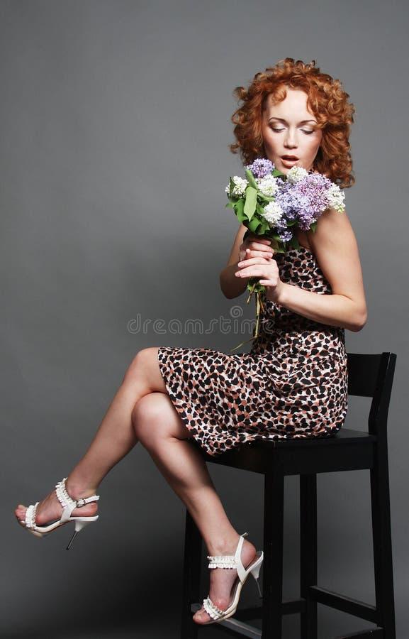 Fleurs de fixation de femme photos stock