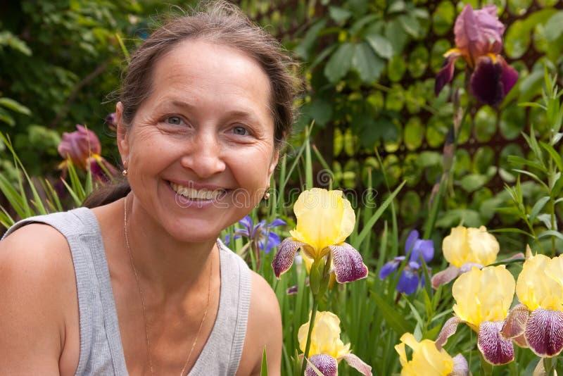Fleurs de floraison proches extérieures de femme photo libre de droits