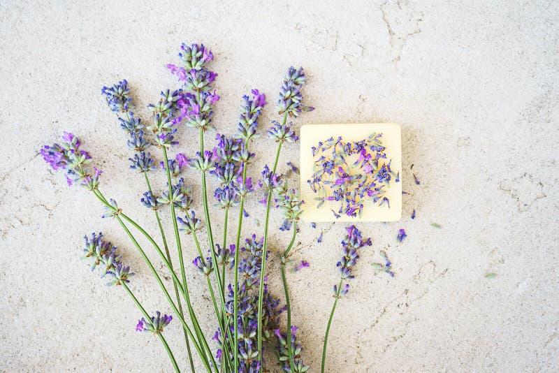 Fleurs de lavande et savon naturel pour le bodycare sur le fond concret photos libres de droits