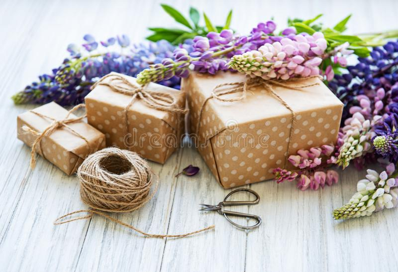 Fleurs de loup et boîte-cadeau photographie stock libre de droits