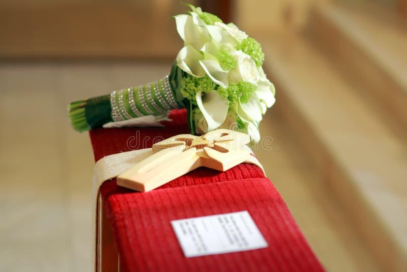 Fleurs de mariage avec la croix en bois photo stock
