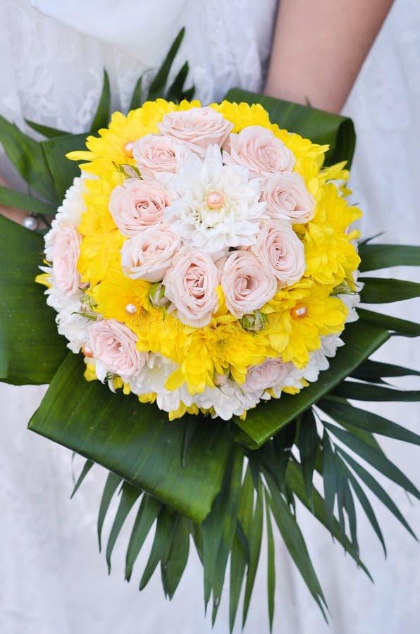 Fleurs de mariage de fixation de mariée photos libres de droits