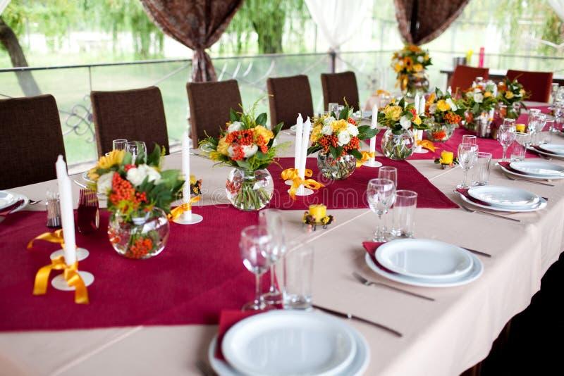 Fleurs de mariage - les tables ont placé pour le mariage photographie stock