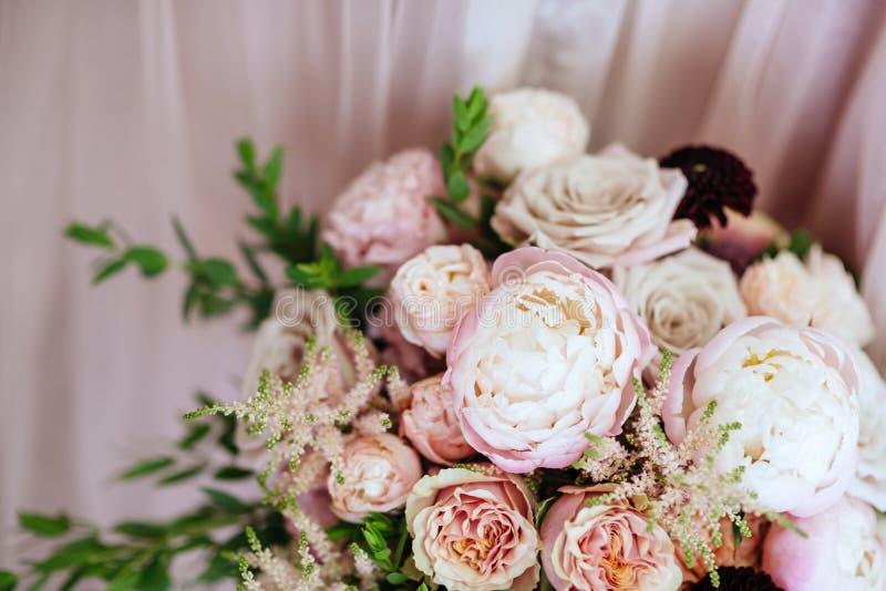 Fleurs de mariage, plan rapproché nuptiale de bouquet photographie stock libre de droits