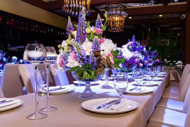 Fleurs de mariage sur la table photos stock