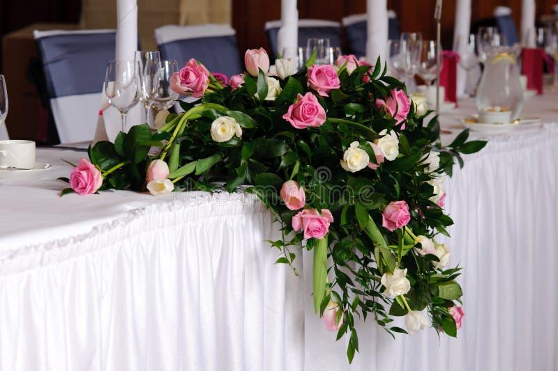 Fleurs de mariage sur la table principale images stock